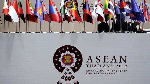 Флажки стран-участниц встречи министров иностранных дел Россия-АСЕАН