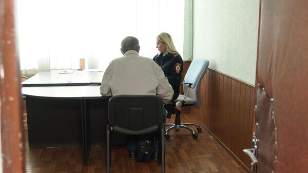 Житель Луганска в отделении миграционной службы самопровозглашенной ЛНР подает заявление на получение российского гражданства