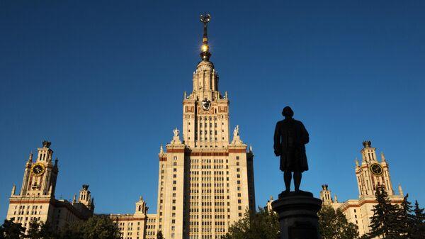 Памятник М.В. Ломоносову перед главным зданием Московского государственного университета на Воробьевых горах в Москве