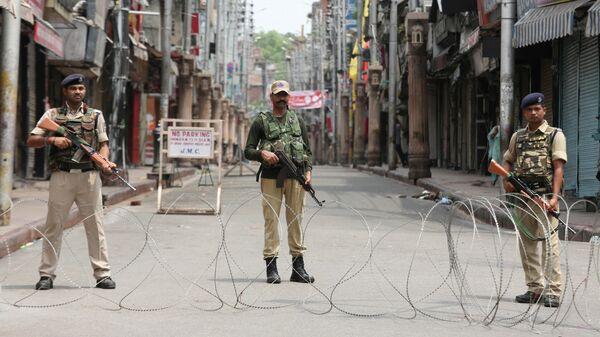 Сотрудники службы безопасности Индии на улице в городе Джамму