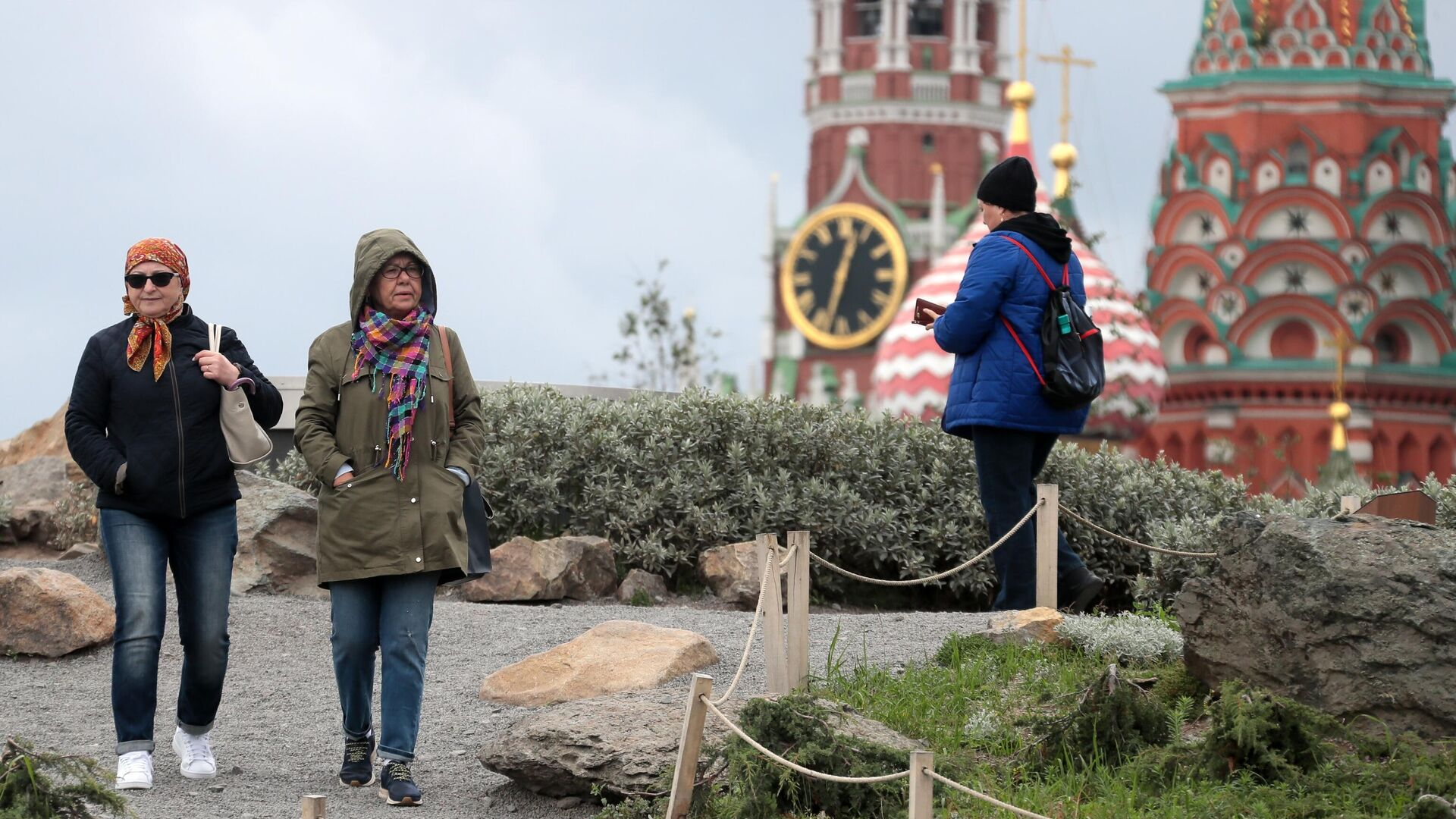 Жители Москвы, одетые в теплые осенние куртки, в парке Зарядье - РИА Новости, 1920, 11.10.2021