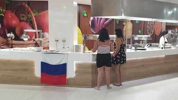 Флаг России в ресторане отеля на побережье Коста-Дорада в Испании