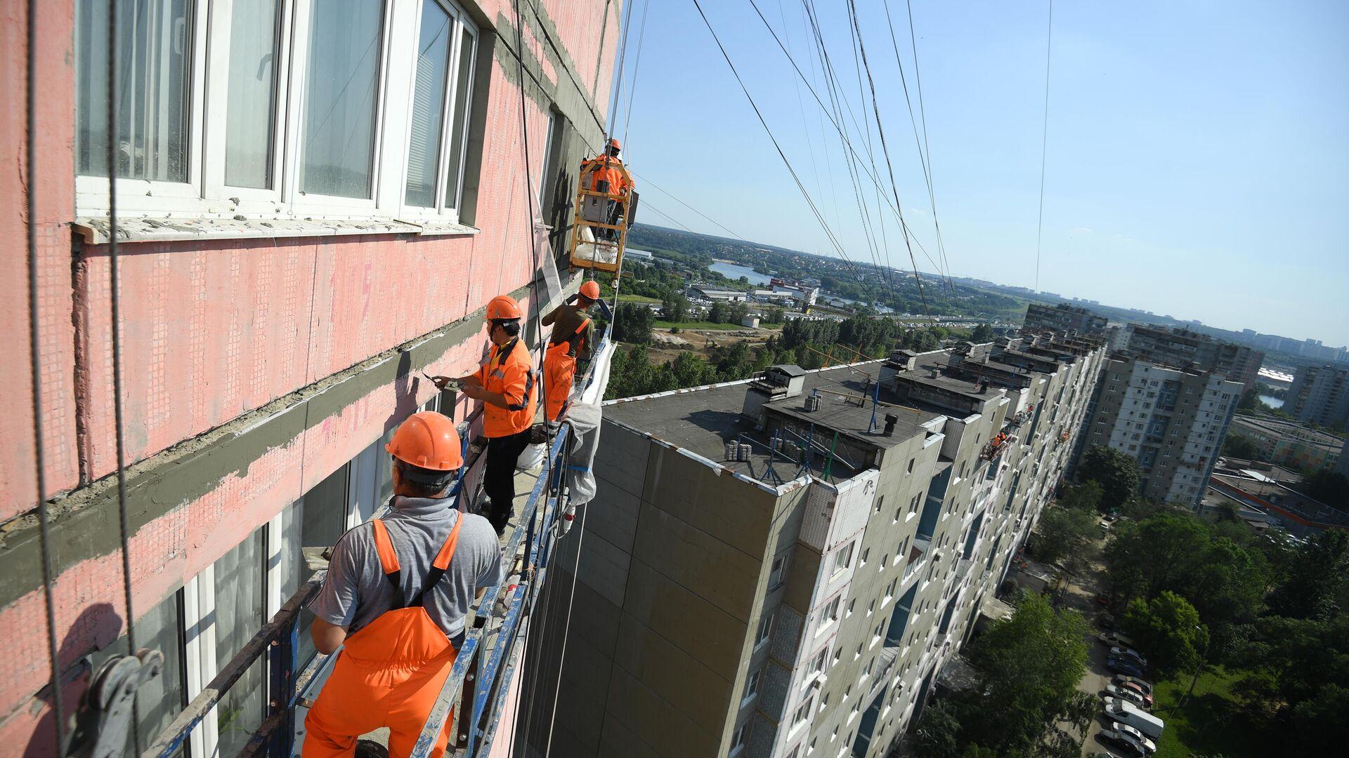 Рабочие проводят ремонт жилого дома в московском районе Капотня - РИА Новости, 1920, 23.03.2021