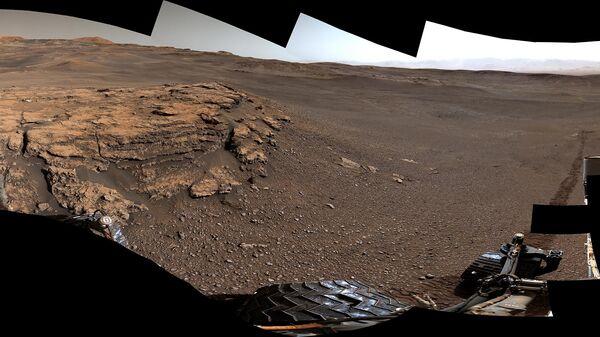 Фотография залежей глины, открытых марсоходом Curiosity на склонах горы Шарп в кратере Гейл
