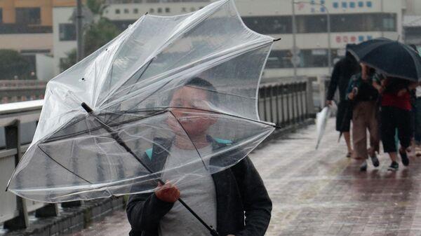 Жители города Фудзисава в Японии во время непогоды
