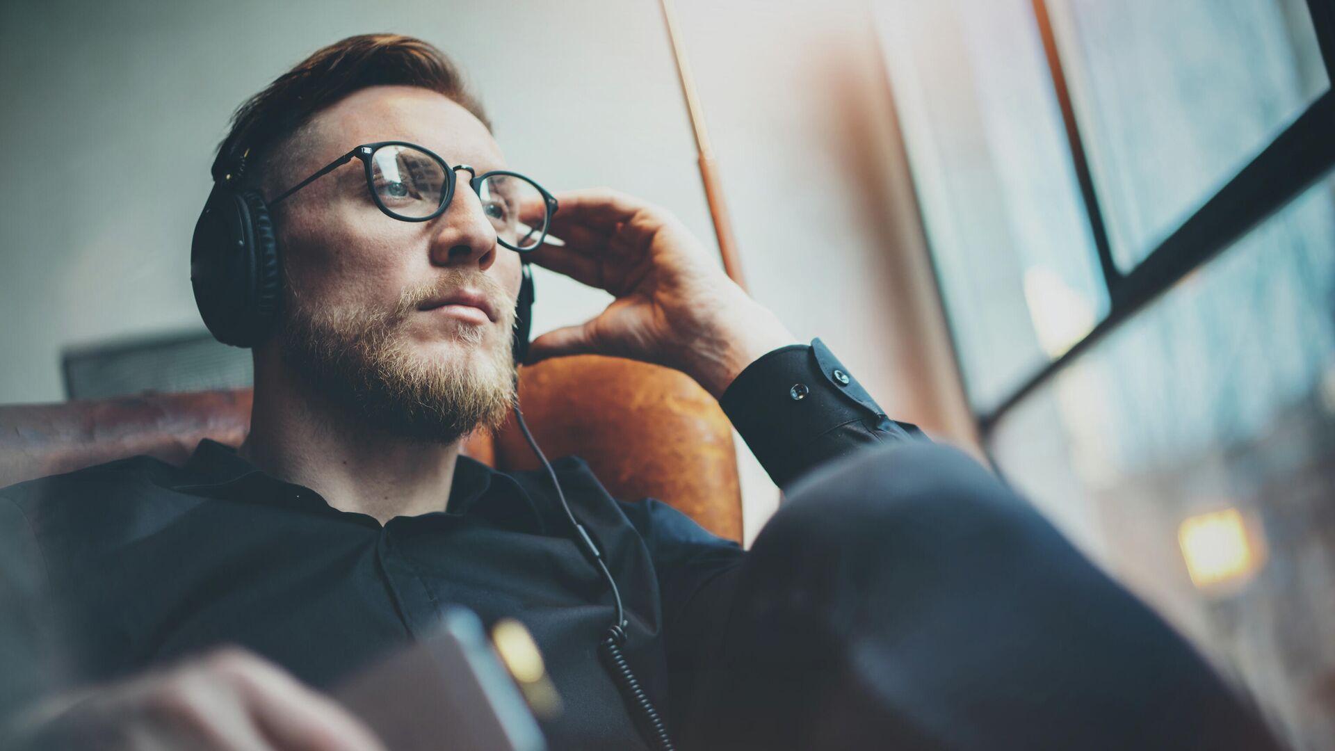 Мужчина слушает музыку - РИА Новости, 1920, 26.08.2020