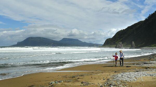 Берег Охотского моря у мыса Столбчатый на западе острова Кунашир Большой Курильской гряды