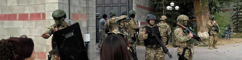 Киргизский спецназ на территории резиденции бывшего президента Кыргызстана Алмазбека Атамбаева в селе Кой-Таш