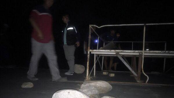 Камни, перегораживающие проезжую часть дороги на месте задержания экс-президента Киргизии Алмазбека Атамбаева