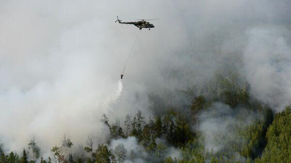 Вертолет Ми-8 с водосливной системой для тушения пожара