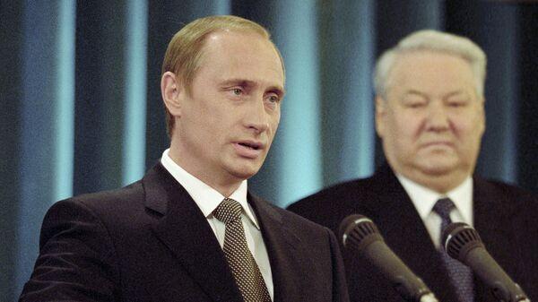 Владимир Путин дает присягу Президента Российской Федерации. Справа – первый Президент России Борис Ельцин
