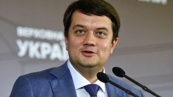 Партия Зеленского отстранит от работы Разумкова