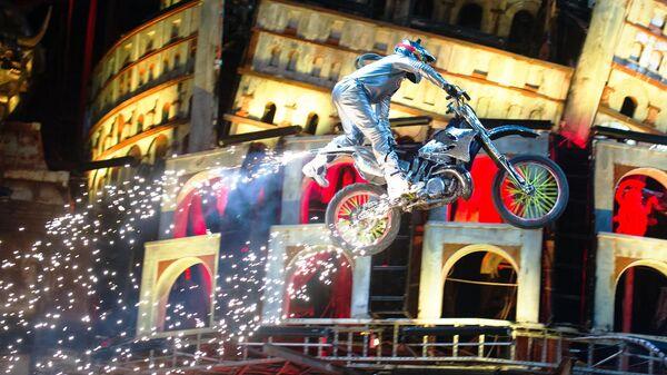 Каскадер на мотоцикле во время Кульминации на XXIV Международном Байк-шоу Тень Вавилона у горы Гасфорта под Севастополем
