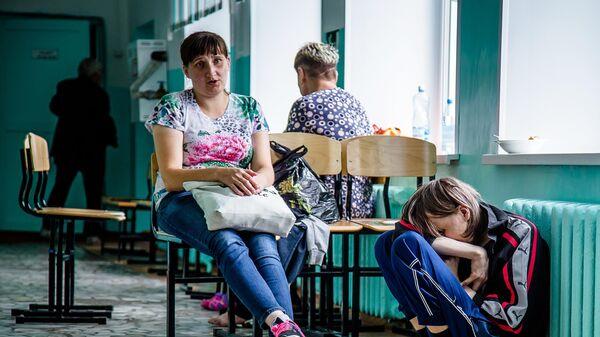 Люди, эвакуированные за пределы 15-километровой зоны от места взрывов и пожара на военном складе под Ачинском
