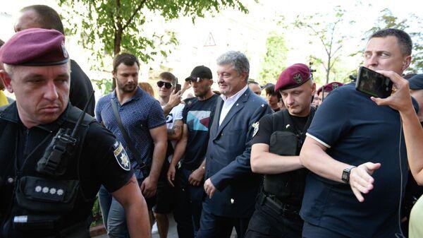 Бывший президент Украины Петр Порошенко у здания Государственного бюро расследований в Киеве