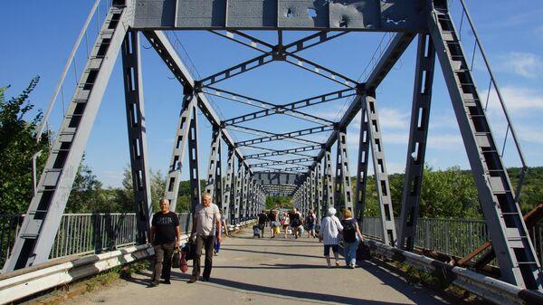 Поврежденный мост у КПП Станица Луганская