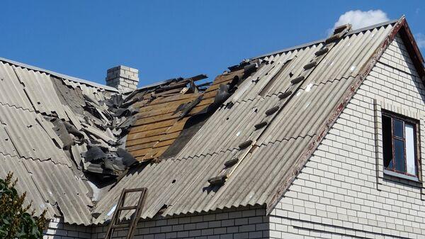 Разрушенная крыша дома в результате обстрела украинскими силовиками частного сектора в Донбассе