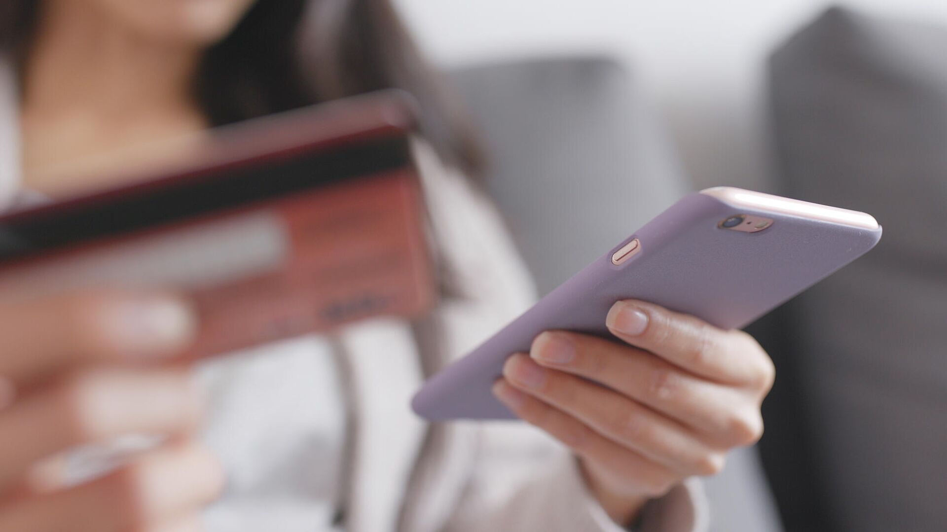 Девушка со смартфоном и банковской картой - РИА Новости, 1920, 02.07.2020