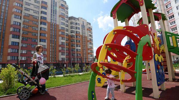 Детская площадка у многоэтажного жилого дома в ЮЗАО