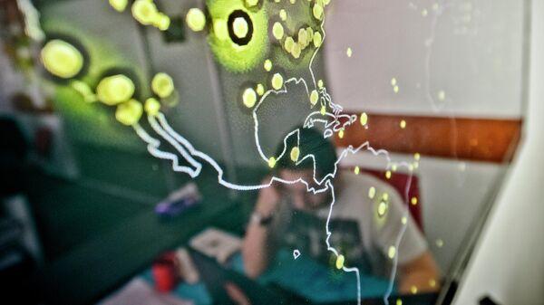 Карта США с отмеченными кибератаками, происходящими в реальном времени, на стене в офисе компании занимающейся компьютерной безопасностью