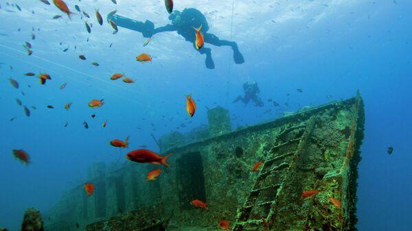 Дайверы на месте затонувшего корабля