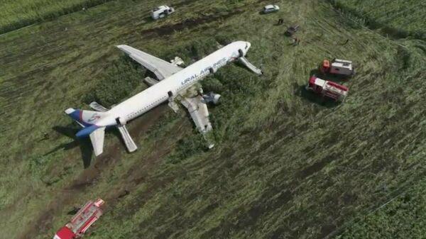 Вид с квадрокоптера на место жесткой посадки в Подмосковье лайнера Airbus-321 авиакомпании Уральские авиалинии