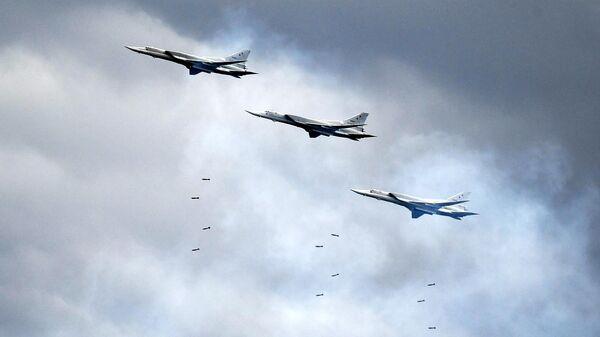 Дальние бомбардировщики Ту-22М3 на конкурсе Авиадартс на авиационном полигоне Дубровичи под Рязанью