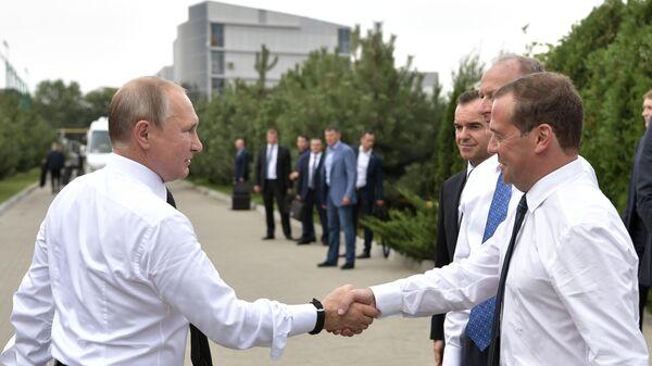Владимир Путин и председатель правительства РФ Дмитрий Медведев во время посещения спортивно-оздоровительного комплекса Волей Град