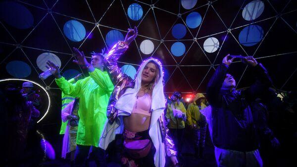 Девушка танцует на фестивале музыки в Нижегородской области
