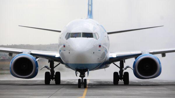 Самолет Boeing 737-800 авиакомпании Победа в международном аэропорту Гагарин в Саратовской области