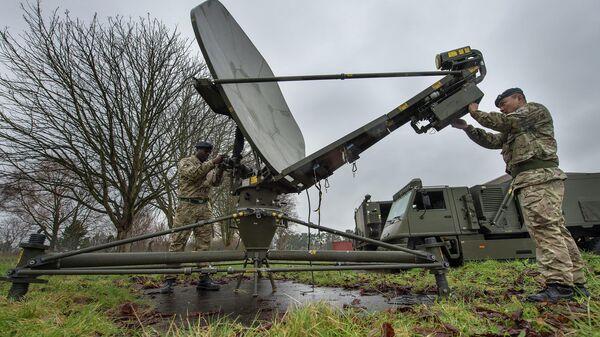 Британские солдаты из 11-го полка связи тренируются в Доннингтоне