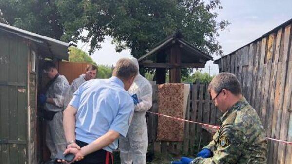 Сотрудники правоохранительных органов на месте массового убийства в селе Патрикеево Ульяновской области
