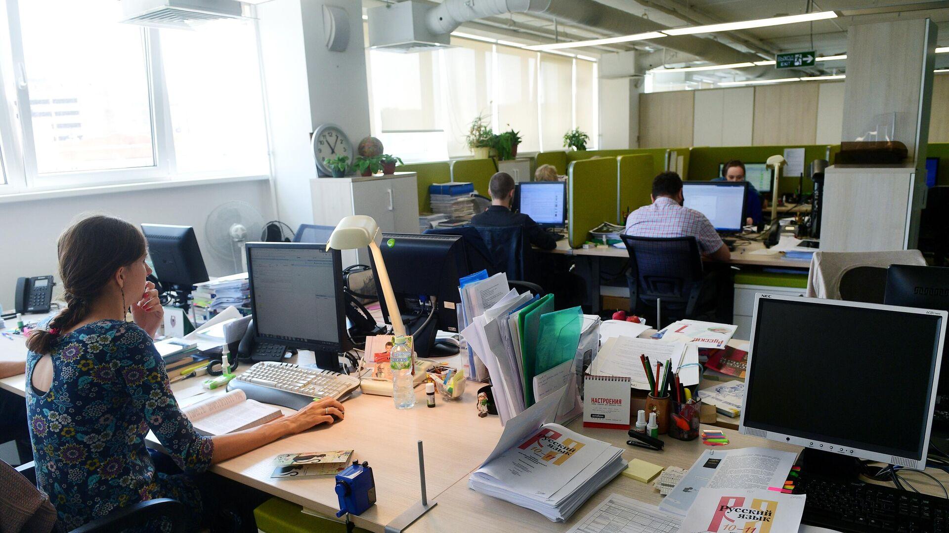 Сотрудники в офисе - РИА Новости, 1920, 05.08.2021
