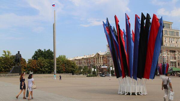 Государственный флаг Российский Федерации на центральной площади Ленина в Донецке. 22 августа 2019