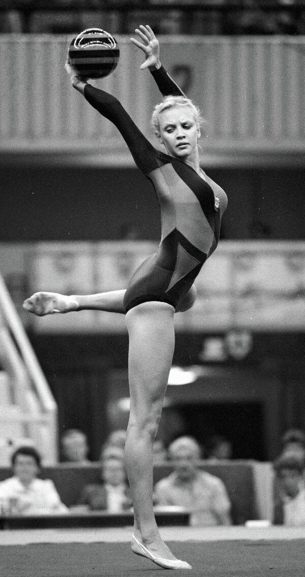Абсолютная чемпионка мира и Европы по художественной гимнастике Галина Белоглазова выполняет упражнение с мячом. На Играх доброй воли.