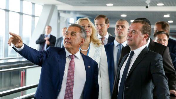 Председатель правительства РФ Дмитрий Медведев осматривает площадку проведения 45-го Мирового чемпионата по профессиональному мастерству по стандартам WorldSkills