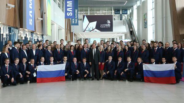 Председатель правительства РФ Дмитрий Медведев и члены российской сборной - участники 45-го Мирового чемпионата по профессиональному мастерству по стандартам WorldSkills