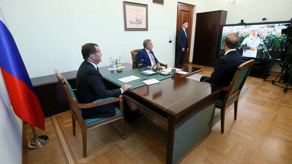 Председатель правительства РФ Дмитрий Медведев в режиме видеоконференции принимает доклад генерального директора ПАО Татнефть