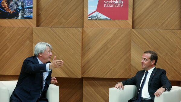 Председатель правительства РФ Дмитрий Медведев и президент WorldSkills International Саймон Бартли во время встречи