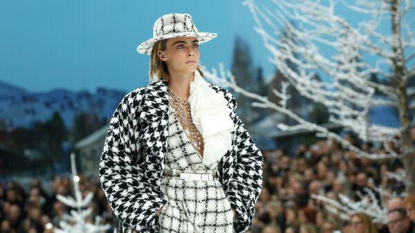 Модель Кара Делевинь во время показа коллекции Chanel сезона Осень-Зима 2019/2020 в Париже