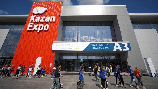 Посетители около выставочного комплекса Казань Экспо во время мирового чемпионата по профессиональному мастерству Worldskills 2019 в Казани