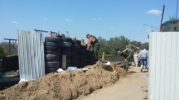 Работы по демонтажу фортификационных сооружений на КПП Станица Луганская в Донбассе сотрудниками МЧС ЛНР