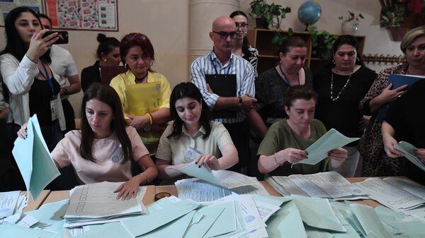 Сотрудники избирательной комиссии подсчитывают голоса на выборах президента Абхазии