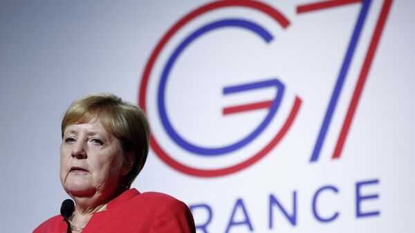 Канцлер Германии Ангела Меркель выступает на пресс-конференции, посвященной ситуации в Сахеле во время саммита G7 в Биаррице, Франция. 25 августа 2019