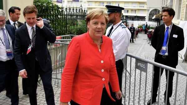 Канцлер Германии Ангела Меркель гуляет во время саммита G7 в Биаррице, Франция. 25 августа 2019