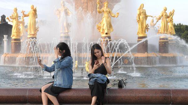 Девушки возле фонтана Дружба народов на ВДНХ