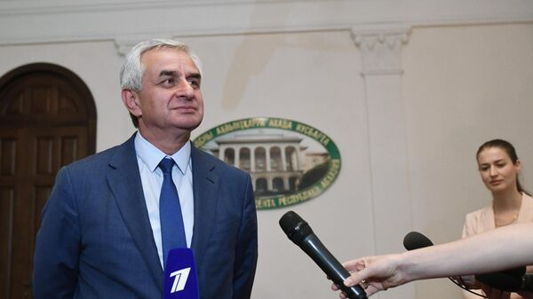 Кандидат в президенты Абхазии и действующий президент Рауль Хаджимба во время пресс-брифинга