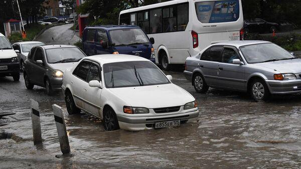 Автомобили на одной из улиц Владивостока после сильных дождей
