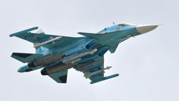 Российский многоцелевой истребитель-бомбардировщик Су-34 выполняет демонстрационный полет на Международном авиационно-космическом салоне МАКС-2019 в подмосковном Жуковском.