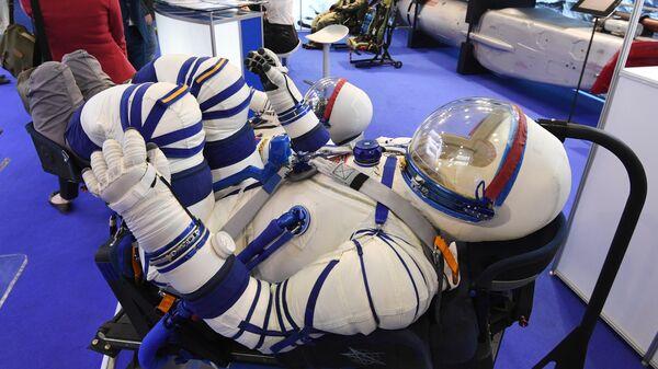 Новый спасательный скафандр Сокол-М для экипажа перспективного российского космического корабля Федерация впервые представлен общественности на Международном авиационно-космическом салоне МАКС-2019 в подмосковном Жуковском
